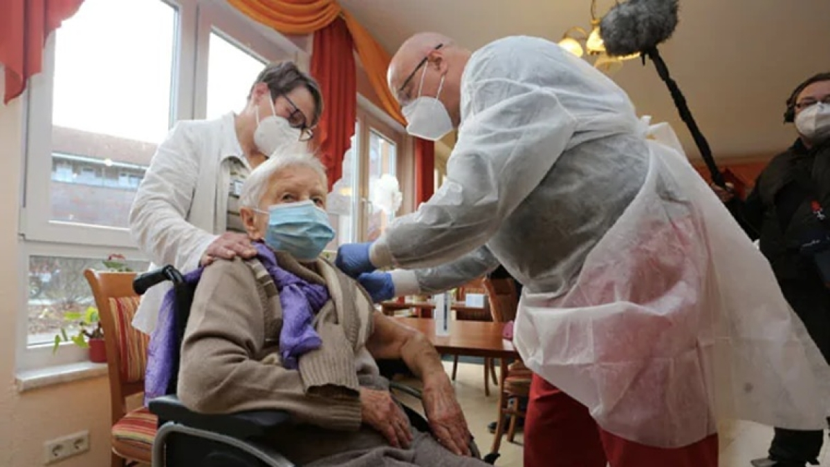 Edith Kwoizalla receives the first vaccination against the COVID-19