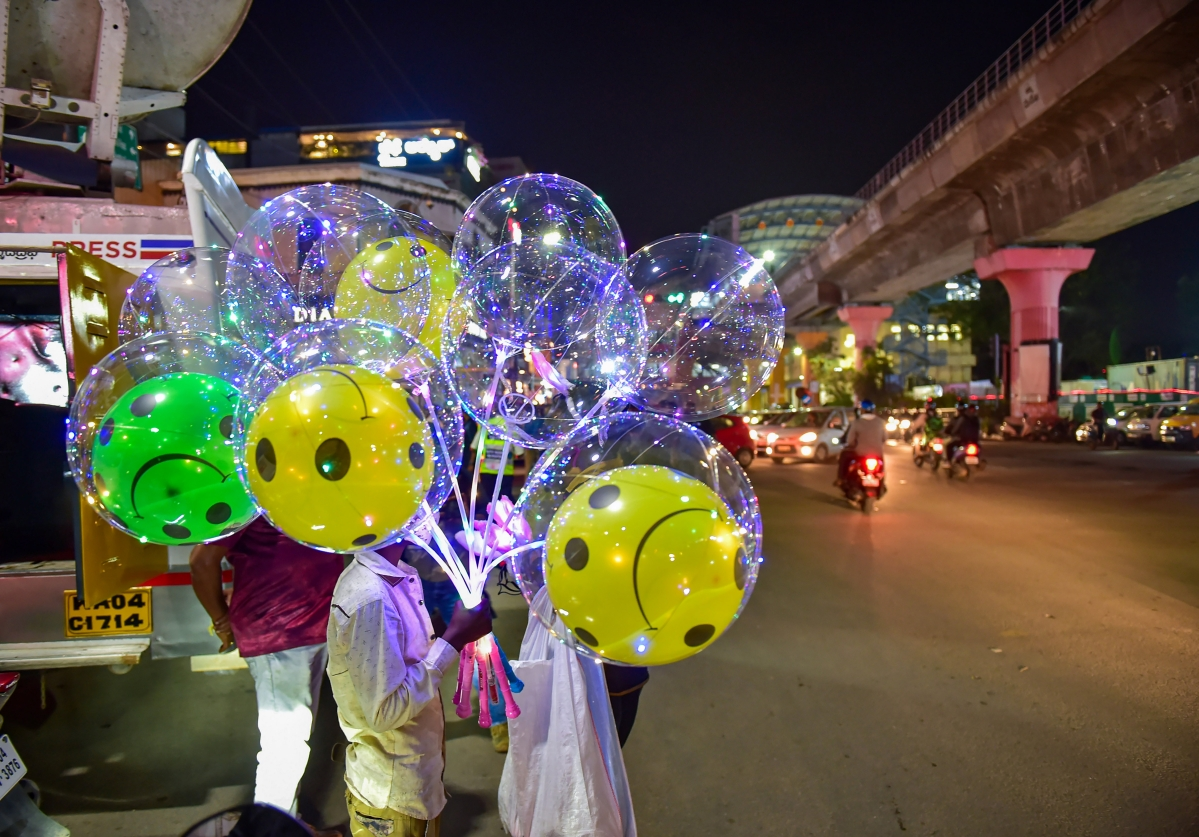 Bengaluru: A roadside vendor sells balloons at Mahatma Gandhi Road, on the New Years eve in Bengaluru, Thursday, Dec. 31, 2020. Authorities have banned the New Year celebrations on the roads due to the Covid-19 pandemic.