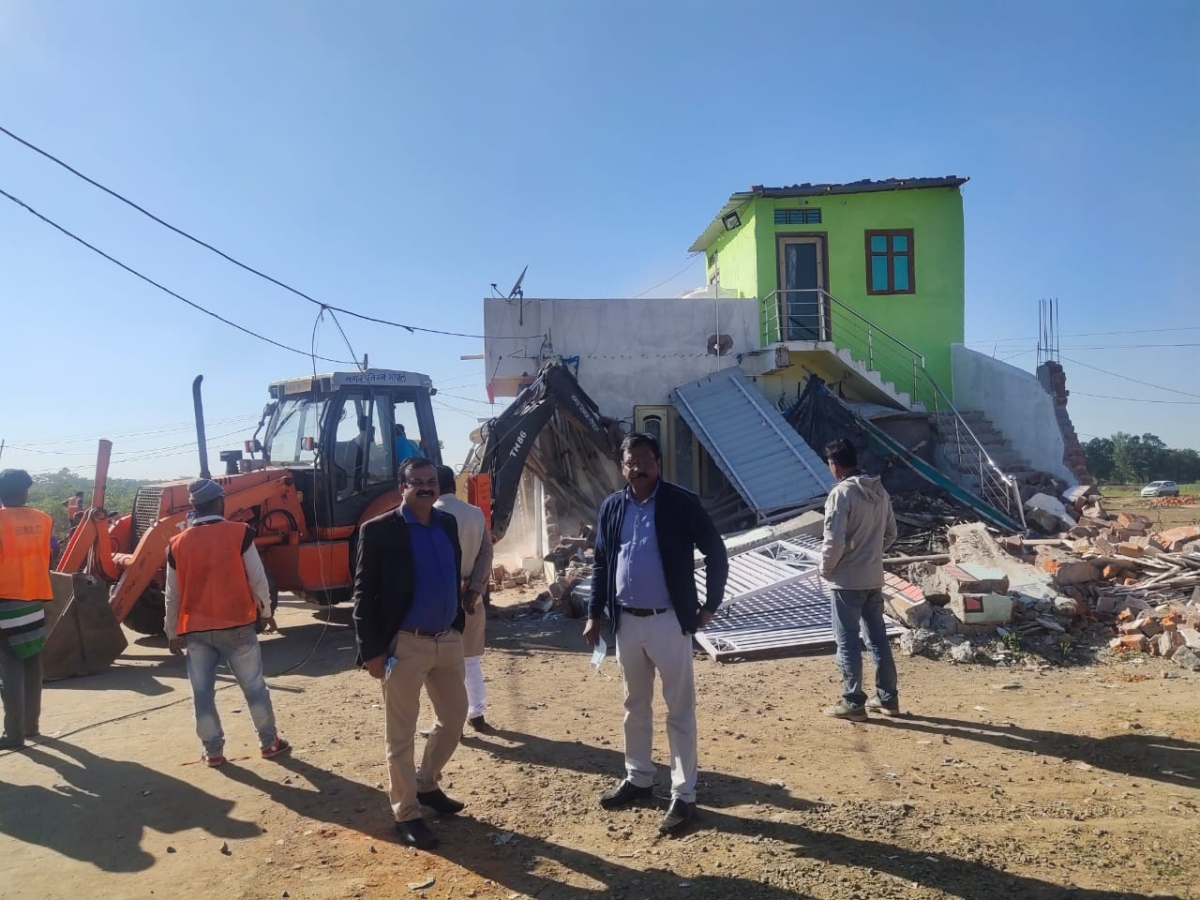 Team demolishing illegal constructions in Bhopal in Monday