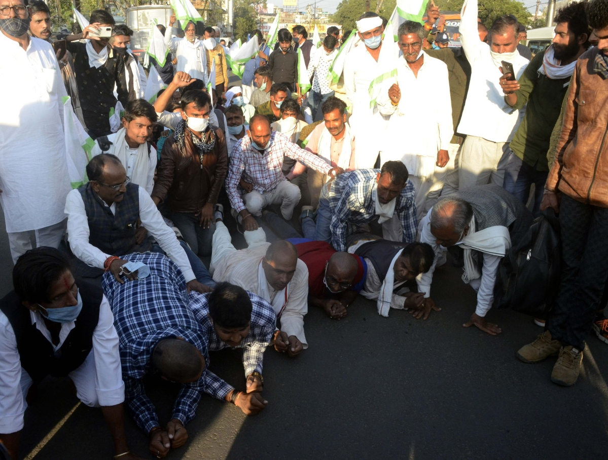 Bhopal: Farmers walk more than 4 kilometres on knees in support of their stir in Delhi