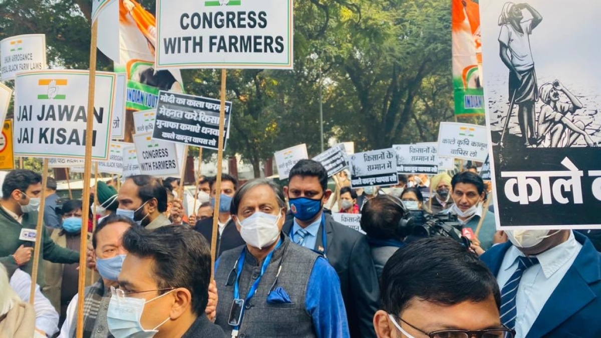 Congress MPs including Shashi Tharoor gathered in solidarity with farmers at ⁦party HQ in Delhi.