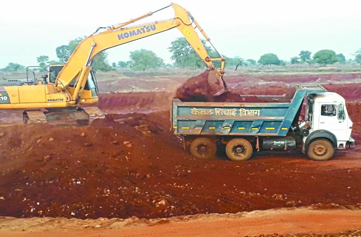 Indore: 3 poclain machines, 1 dumper seized