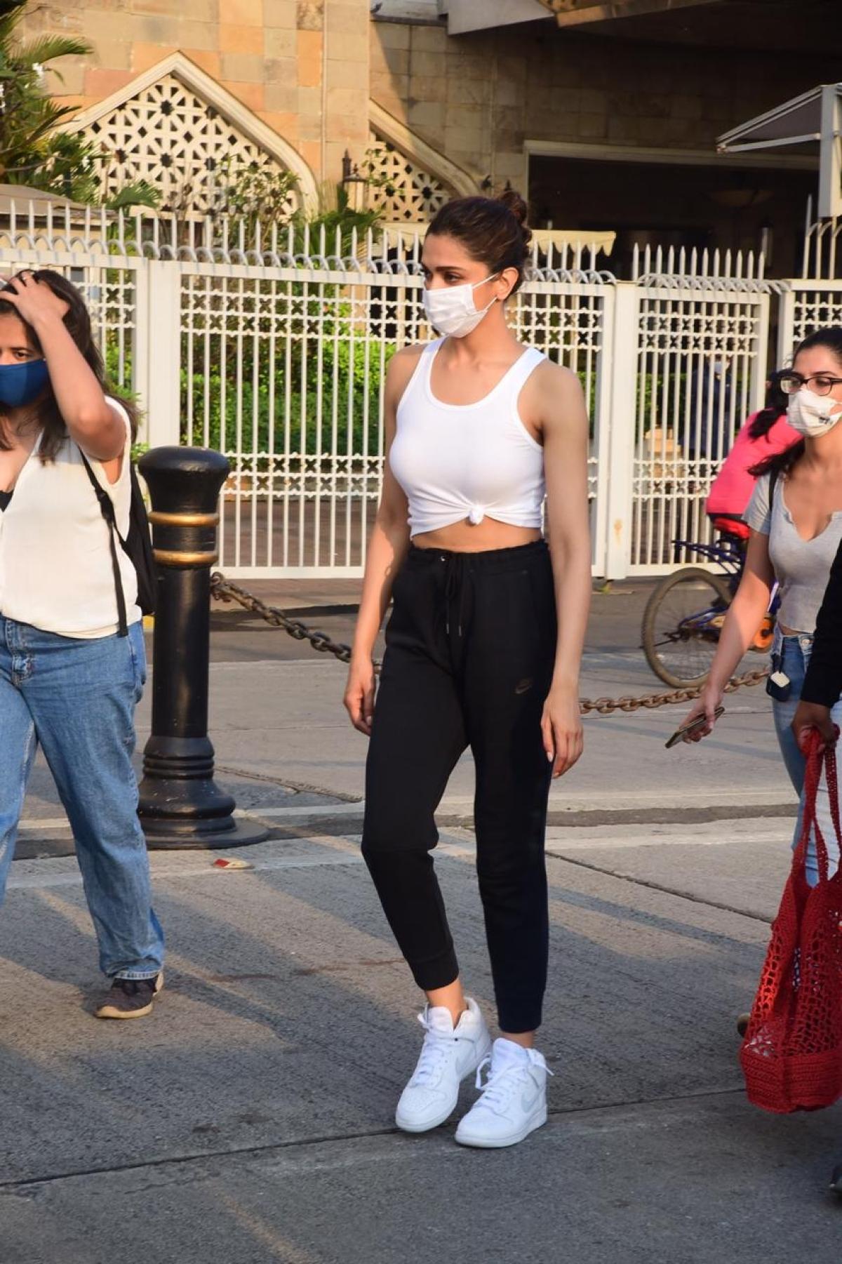 Watch: Doting husband Ranveer Singh sees off Deepika Padukone as she leaves for Alibaug with Sidhant Chaturvedi