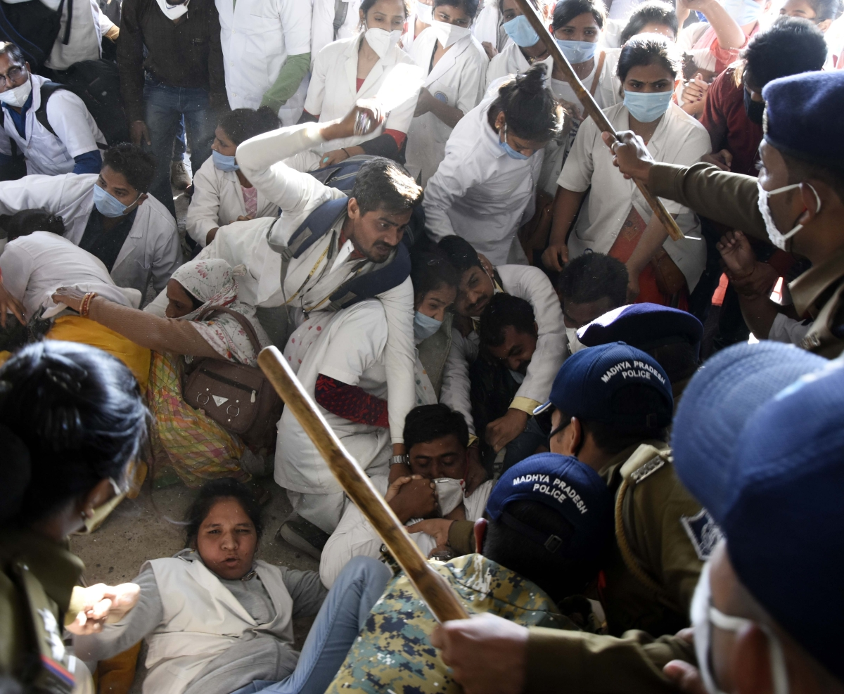 Bhopal: Police 'rain lathis' on protesting corona health workers, detain 30