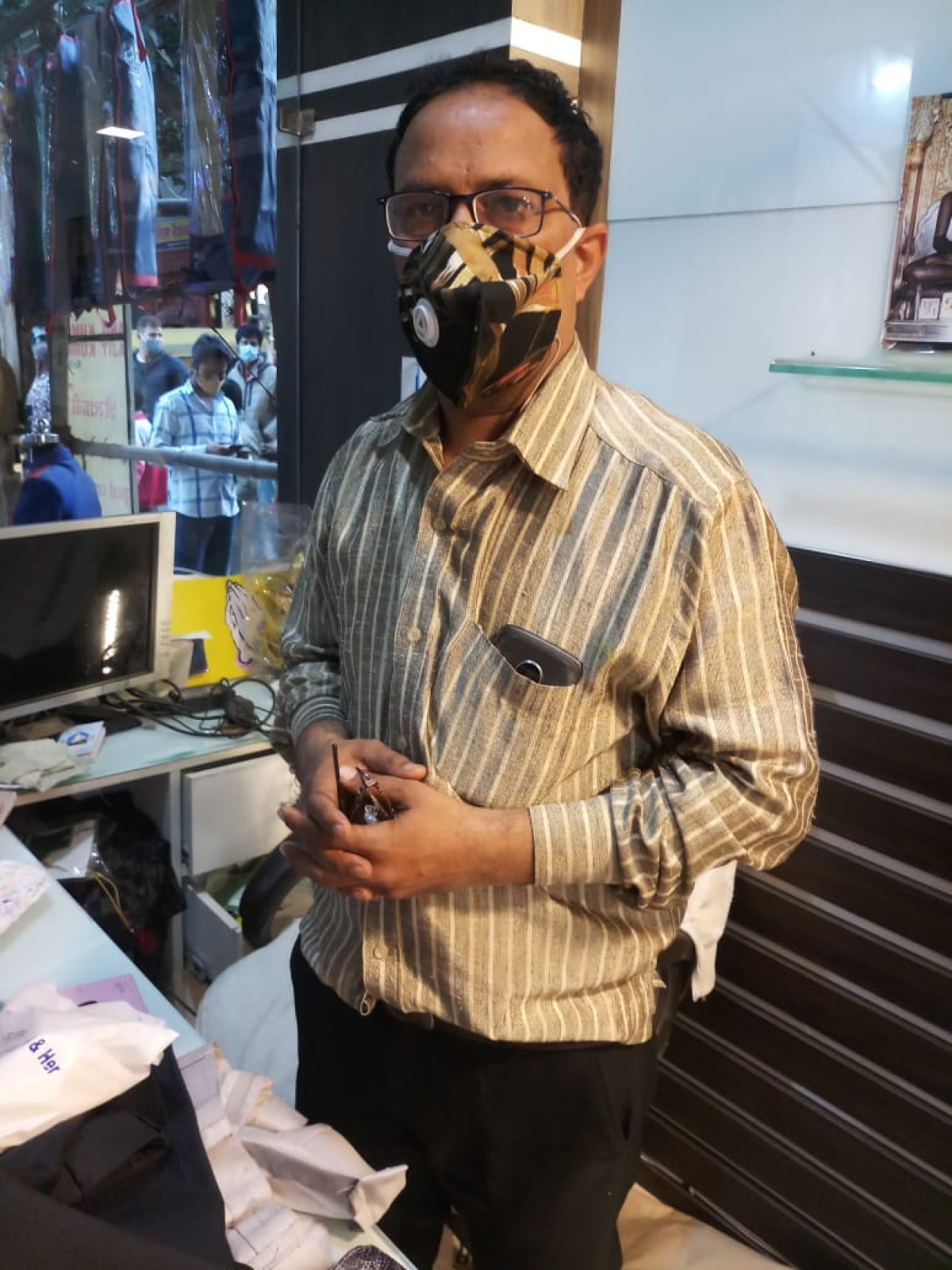 Indore: Trader robbed at gun-point in his shop at Itwaria Bazaar by two men who posed as customers