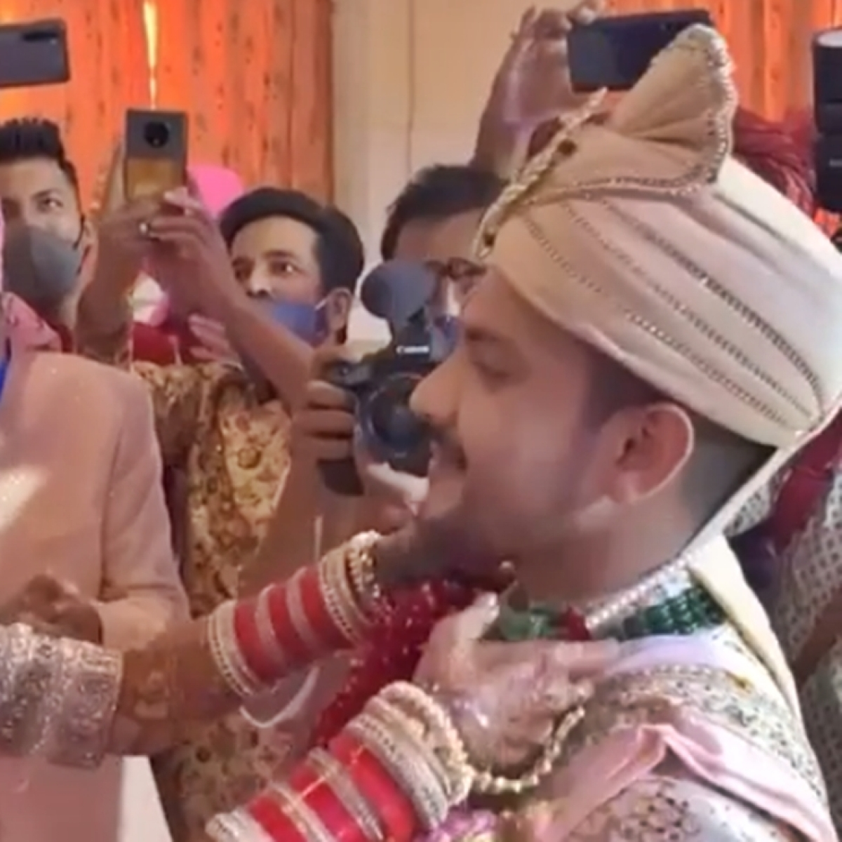 Watch: Aditya Narayan suffers wardrobe malfunction during the 'varmala' ceremony at his wedding