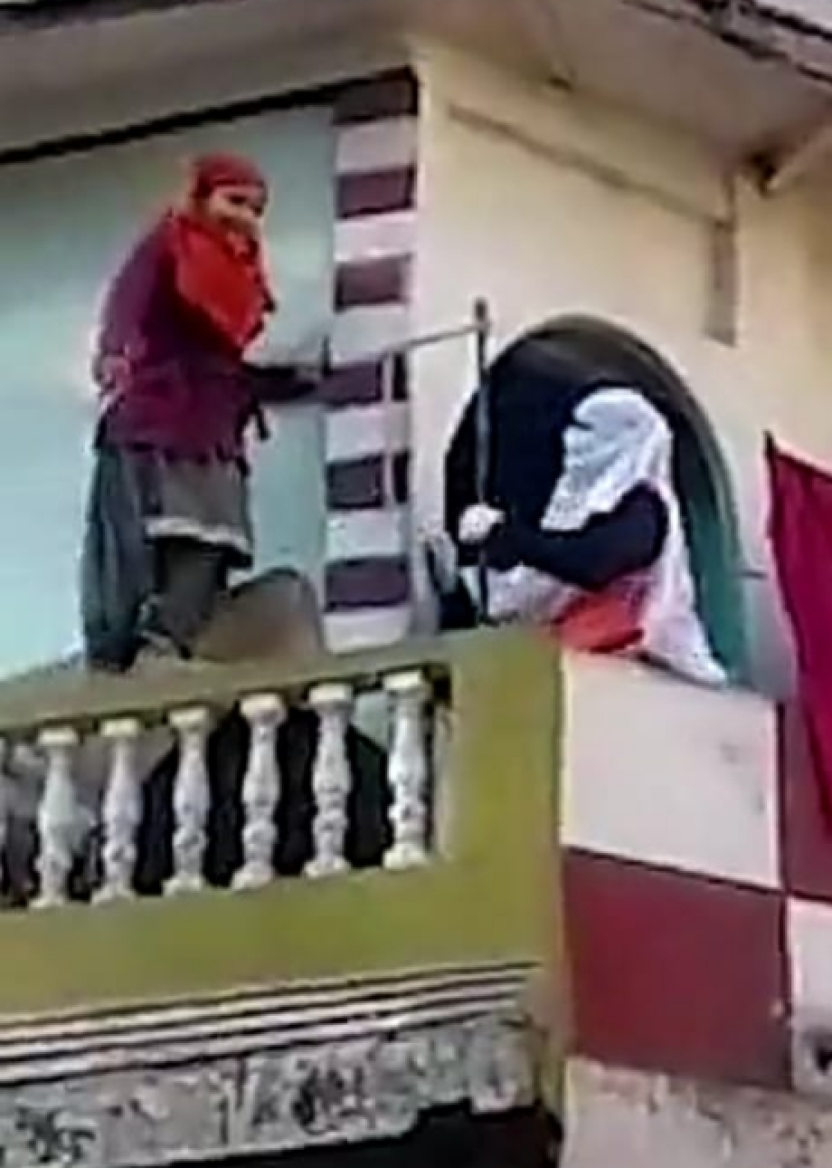 Indore: Girl threatens to take leap from balcony as IMC pulls down illegal building