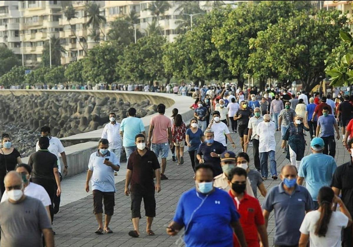 Mumbai: Unmasked men help clean-up marshals surpass fine figures
