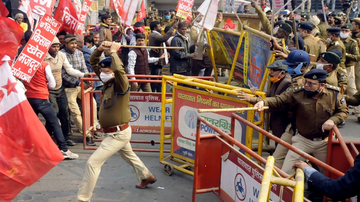 Security personnel baton charge on All India Kisan Khet Mazdoor Sangathan (AIKKMS) activists during a march to Raj Bhavan in support of an ongoing framers protest against the new farm laws, in Patna on Tuesday.
