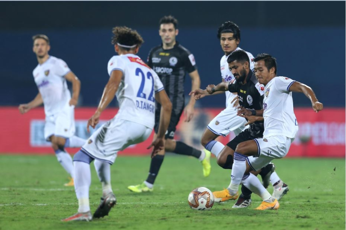 ATKMB's Jayesh Rane (R) and CFC's Lallianzuala Chhangte vie for ball possession during Hero ISL 7 at the Bambolim Stadium on Tuesday