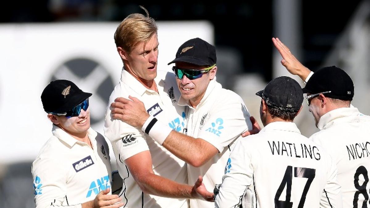 New Zealand team celebrates the wicket of Pakistan batsman Zafar Gohar