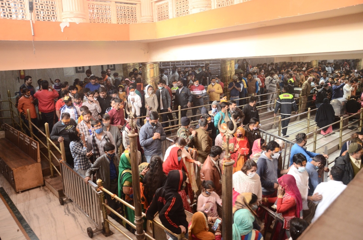 Devotees throng Nandi Hall to catch a glimpse of Lord Mahakaleshwar