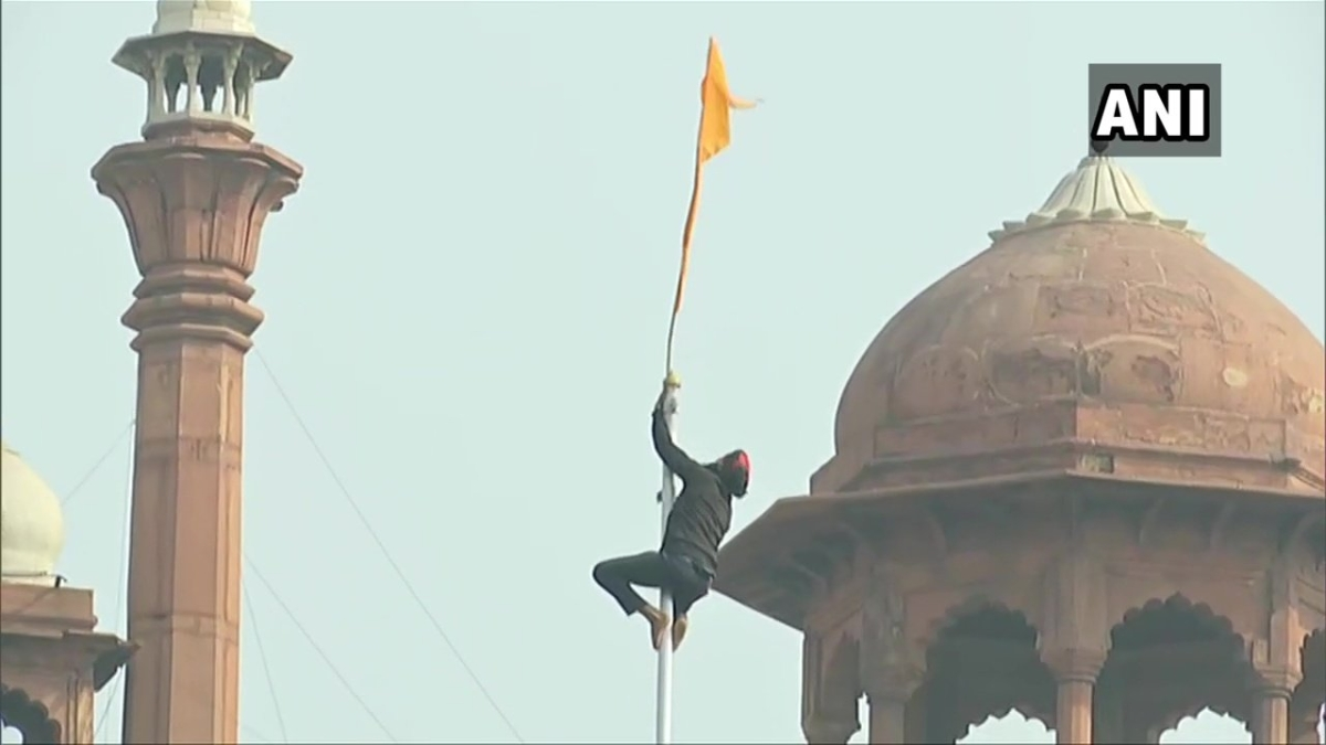 Protesting farmers breach Red Fort, put up union flag at lower rampant