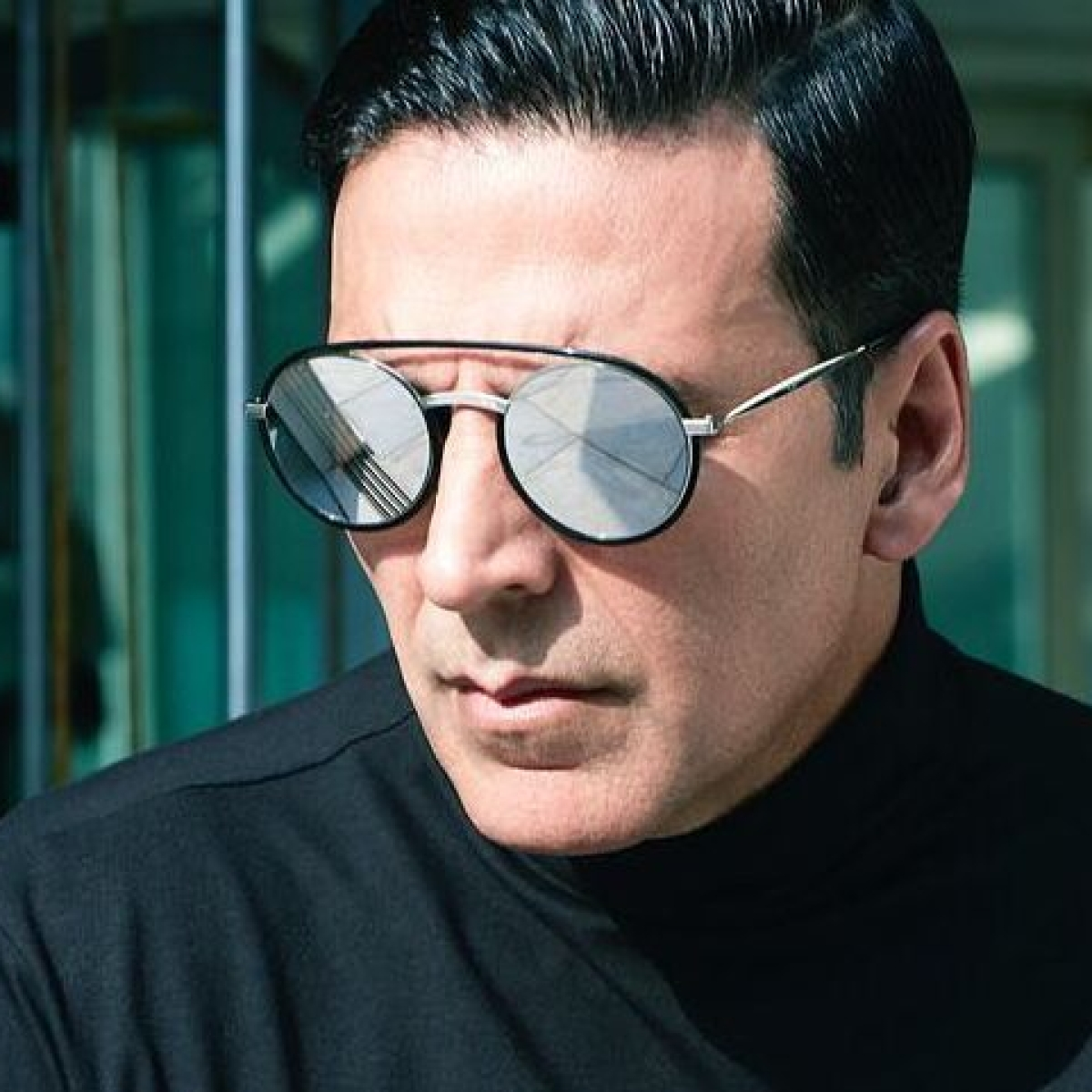 Here's what Akshay Kumar did when he found a frog while looking for a socket to charge his phone