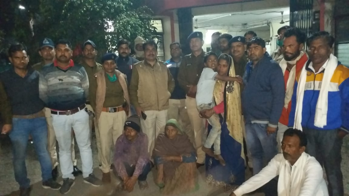 Madhya Pradesh: Eight-year-old girl rescued from kidnapper in four hours in Sanawad, villagers play drum to honour police