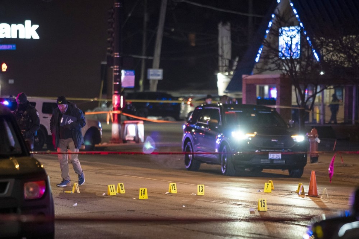 Man in shooting rampage kills 3, injures another 4 in Chicago