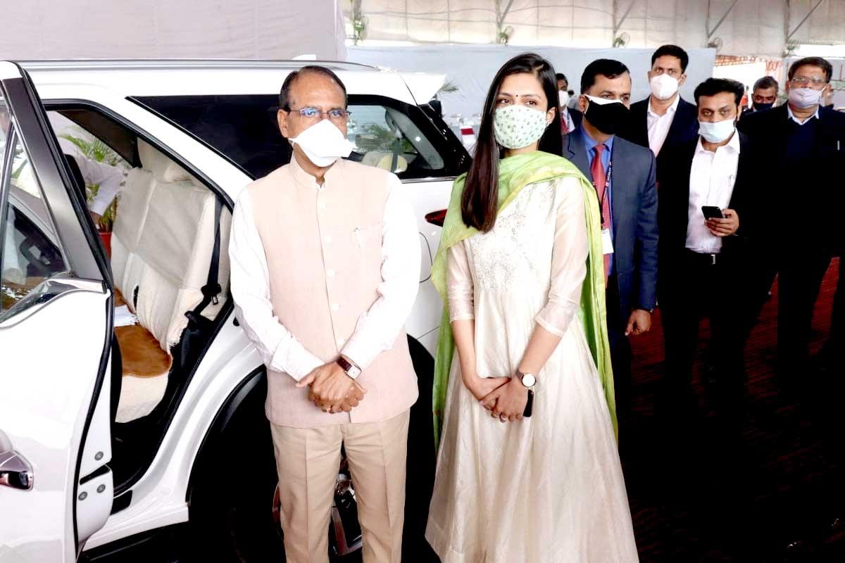 Femina Miss MP 2020 Rudrapriya Yadav meeting Chief Minister Shivraj Singh Chouhan at his residence on Sunday.