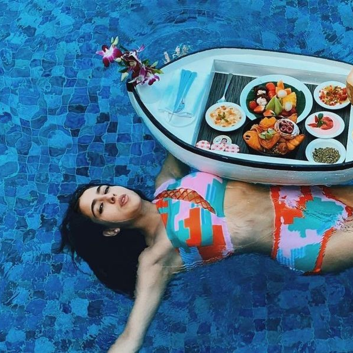 Sara Ali Khan stuns in a bikini, enjoys floating breakfast during Maldives vacay