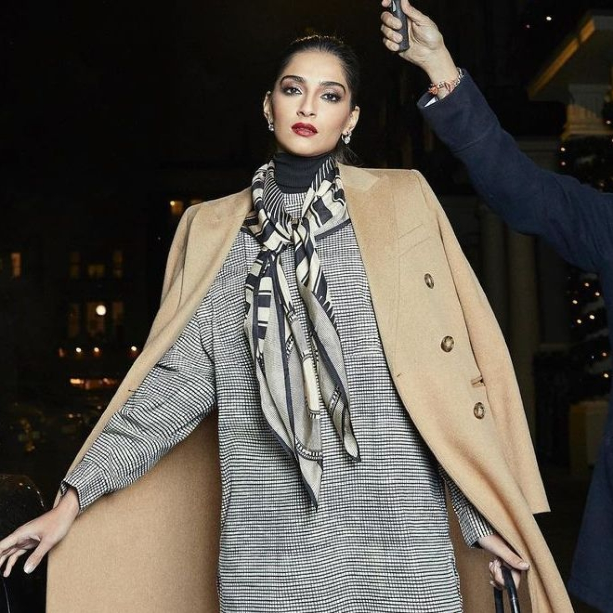 Why did Sonam Kapoor apologize to singer Rihanna on Instagram?