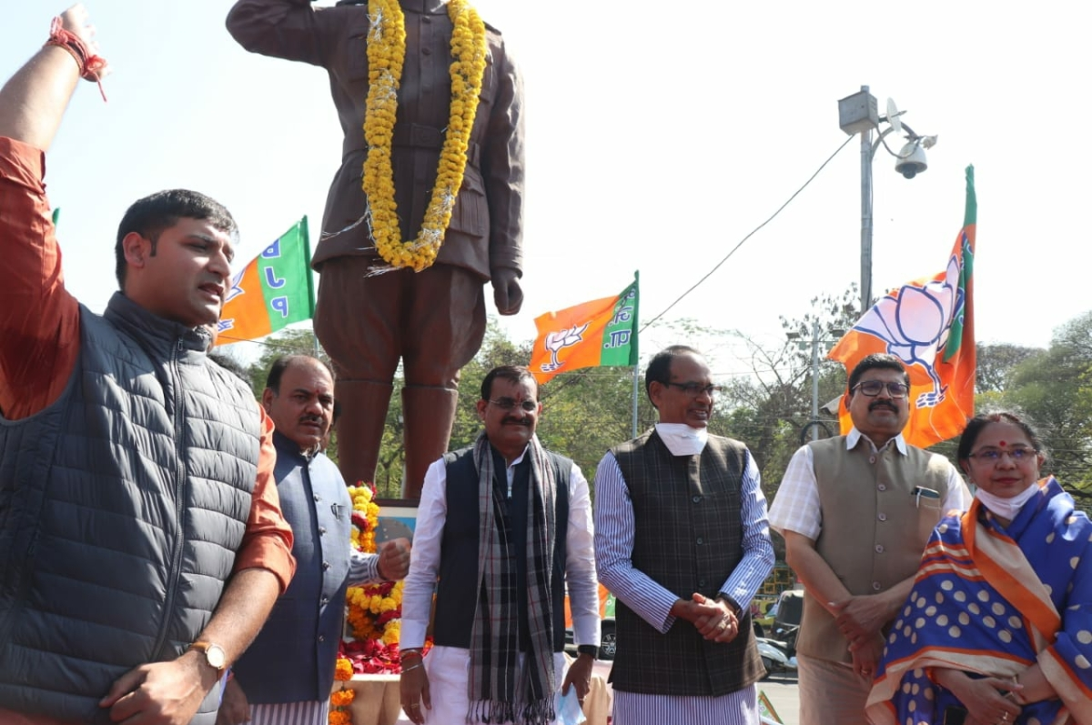 Madhya Pradesh: Shivraj Singh Chouhan pays floral tribute to Netaji on his 125th birth anniversary