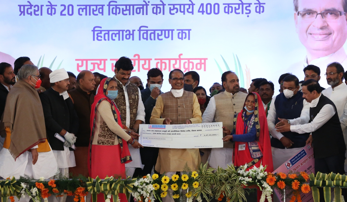 Chief Minister Shivraj Singh Chauhan transfers Rs 400 crore to the accounts of two million farmers in programme at Sagar on Saturday.