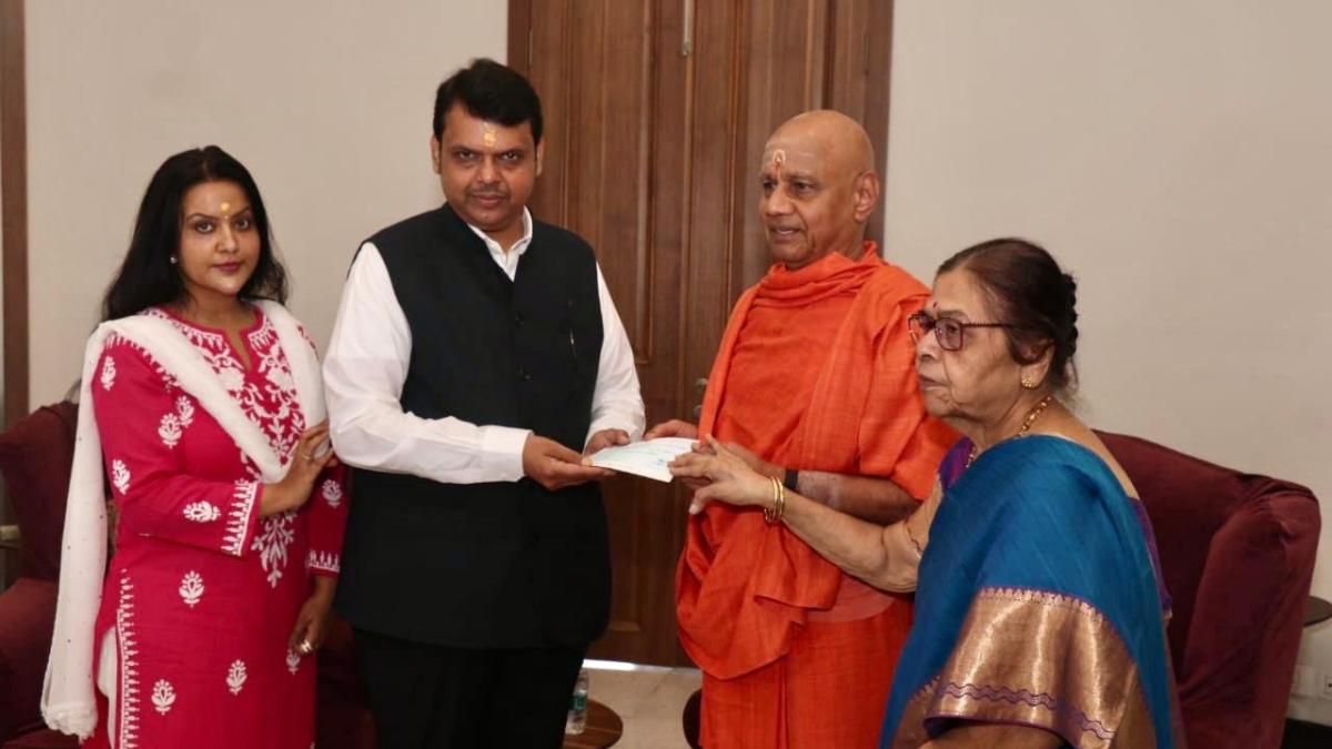 Mumbai: BJP's Devendra Fadnavis hands over Rs 1,00,001 cheque for construction of Ayodhya Ram Mandir