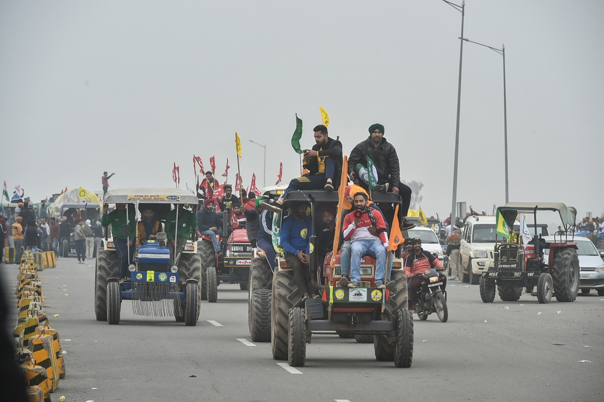 Sonipat: Farmers on their way to Tikri border during a tractor rally as part of their ongoing protest against the new farm laws, at Western Peripheral Expressway in Kundli, Sonipat, Thursday, Jan. 07, 2021.