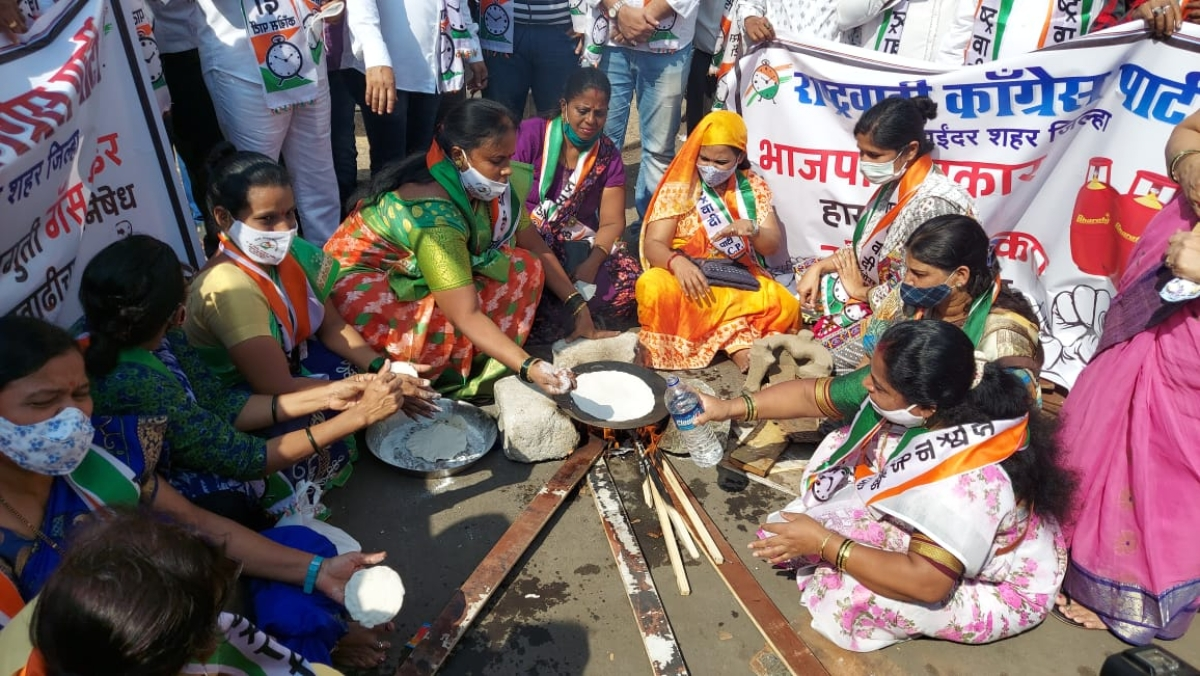 Mira Bhayandar: NCP lights chulha on  road to protest hike in prices of LPG cylinder