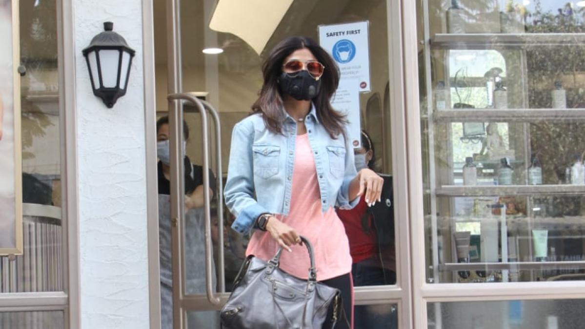 'Ikde, tikde... ataa kuthe?' Check out Shilpa Shetty's hilarious banter with paparazzi