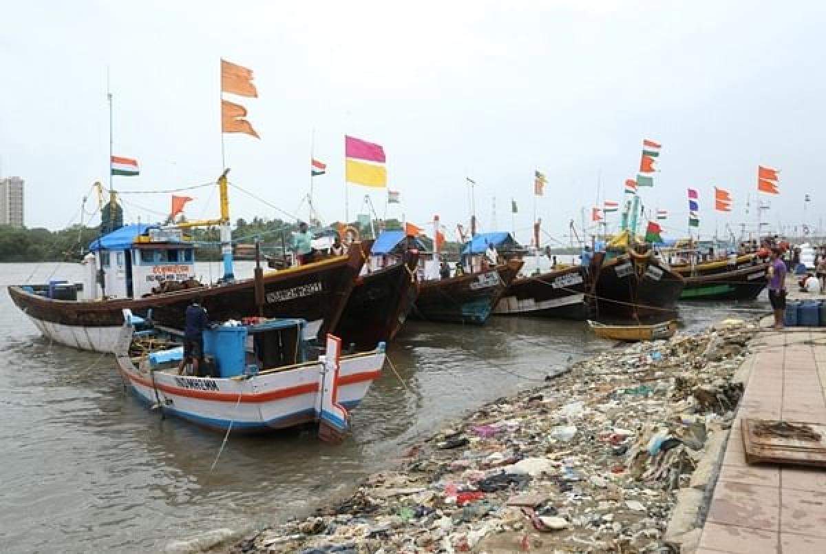 Five fishing boats damaged in high tide near Haji Ali