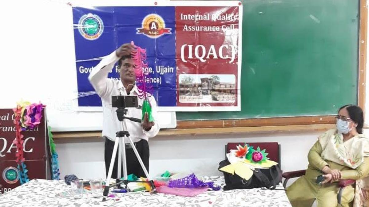 Toka Ram of Rajasthan demonstrates his art work at GGPGC.