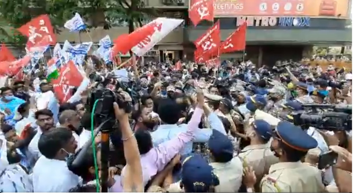 Watch: Farmers marching from Azad Maidan to Raj Bhavan stopped at Metro Cinema