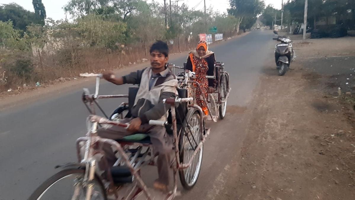 Madhya Pradesh: Bagli janpad panchayat CEO acts as a good Samaritan, helps divyang couple to reach their village in biting cold