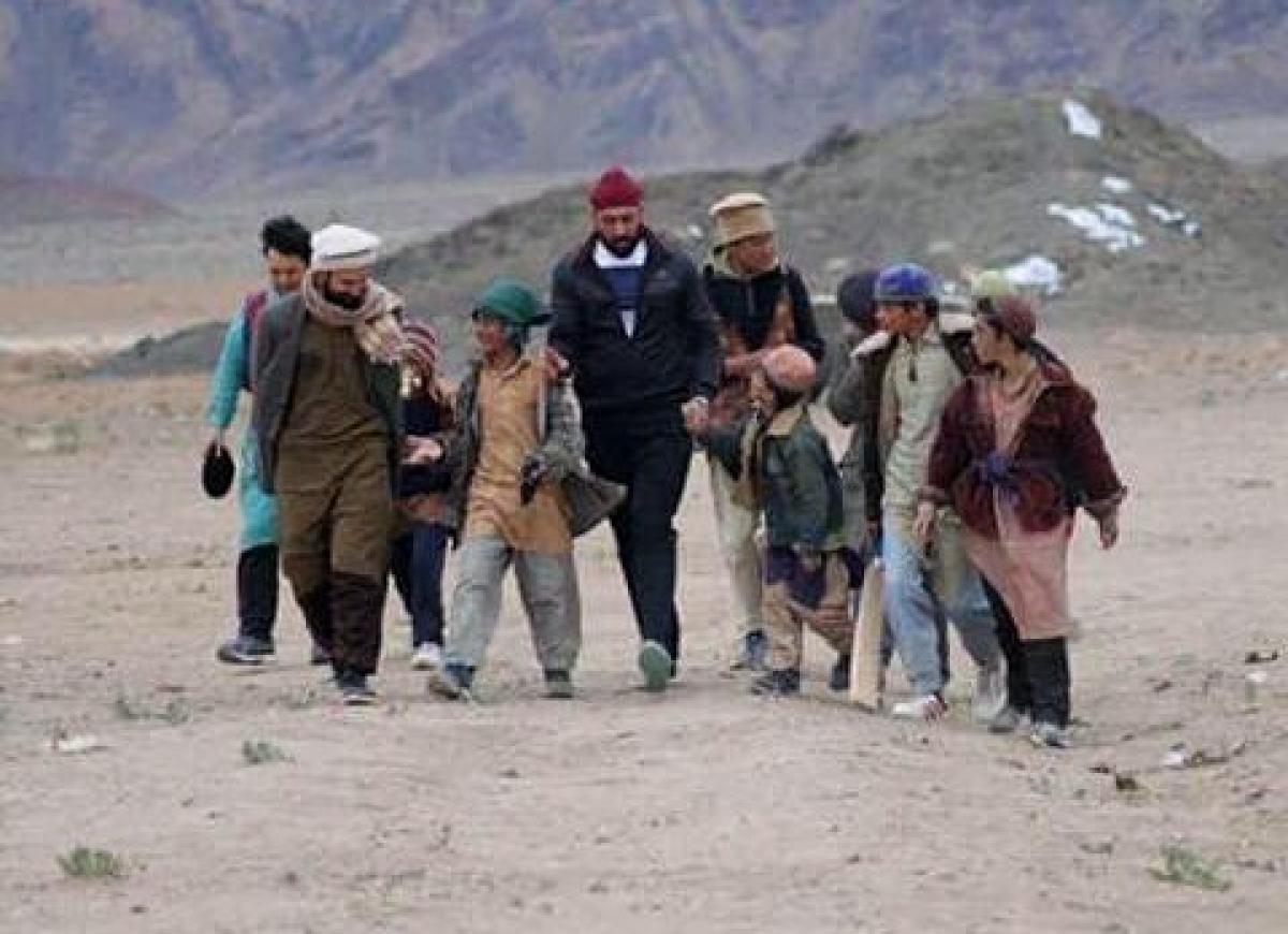 Raaj with kids on the sets of Torbaaz
