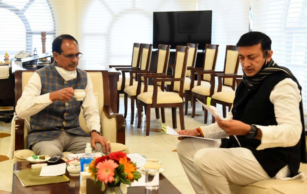 Chief Minister Shivraj Singh Chauhan holding discussion with Minister for Industry Policy and Investment Promotion Rajvardhan Datigaon during Chai Pe Charcha in Bhopal on Monday.