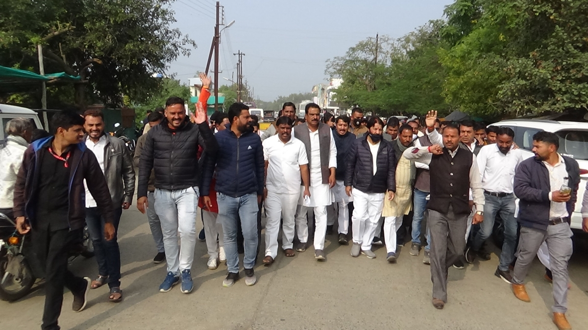 Congressmen led by Nagda – Khachrod MLA Dilip Singh Gurjar staged protest in front of Janpad Panchayat in Khachrod village of Ujjain district on Friday