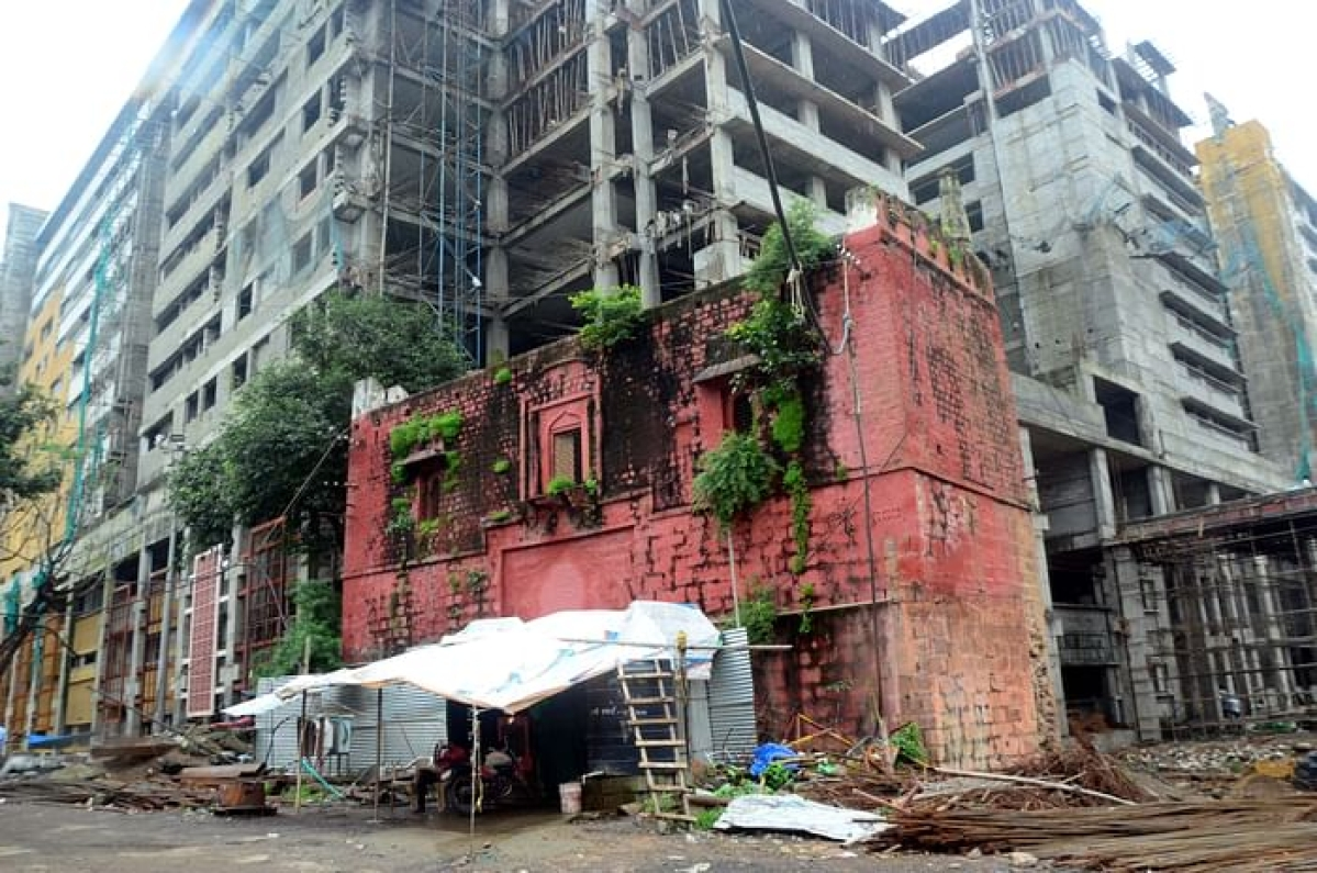 Medical education minister Vishwas Sarang ordered the demolition of the Red Memorial Gate, Hamidia Hospital, on Monday for expansion of the hospital's capacity.