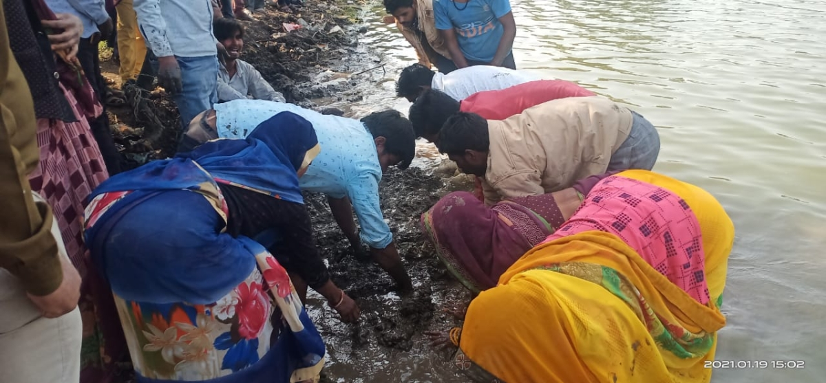 Madhya Pradesh: BIZARRE:  Family covers body with wet soil in hope of revival in Dhar district's village, police intervene, funeral over