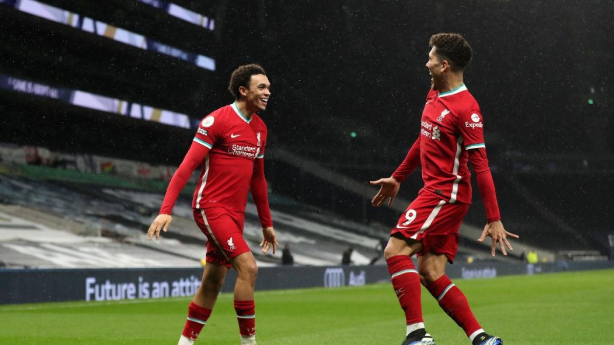 Trent Alexander-Arnold (L) celebrates with Roberto Firmino (R)