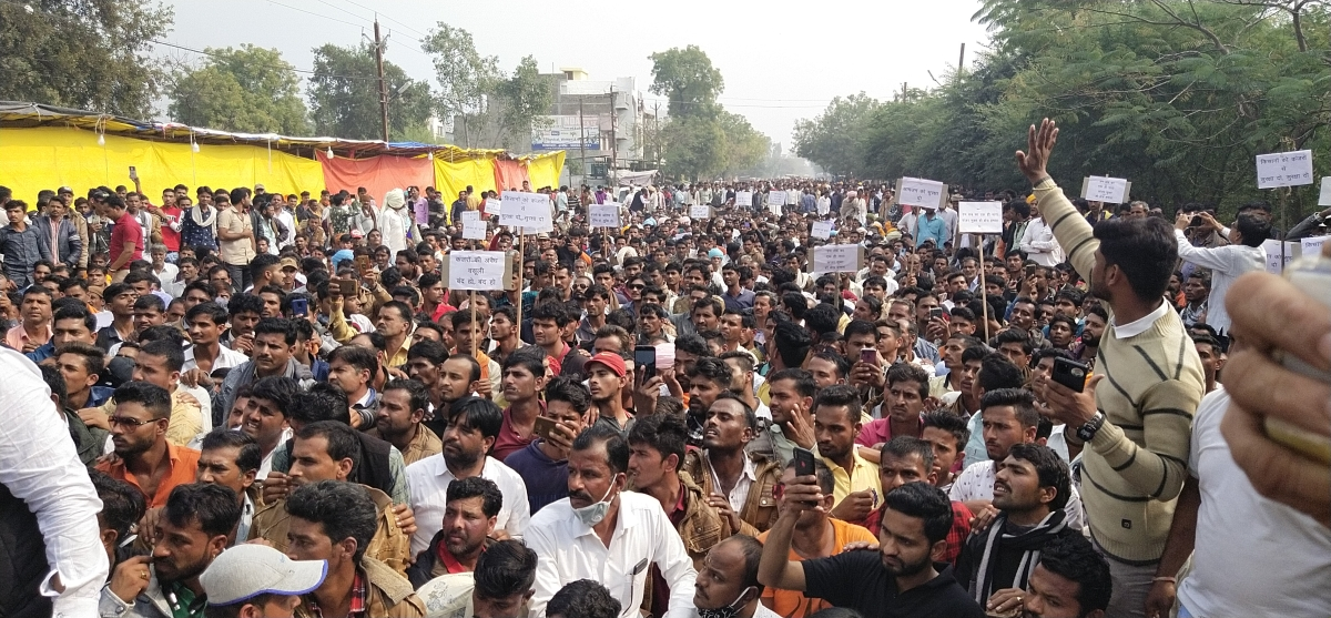 Thousands of farmers and villagers under the banner of Sanyukt Kisan Morcha staged protest in front of Alot police station in Ratlam district of Madhya Pradesh