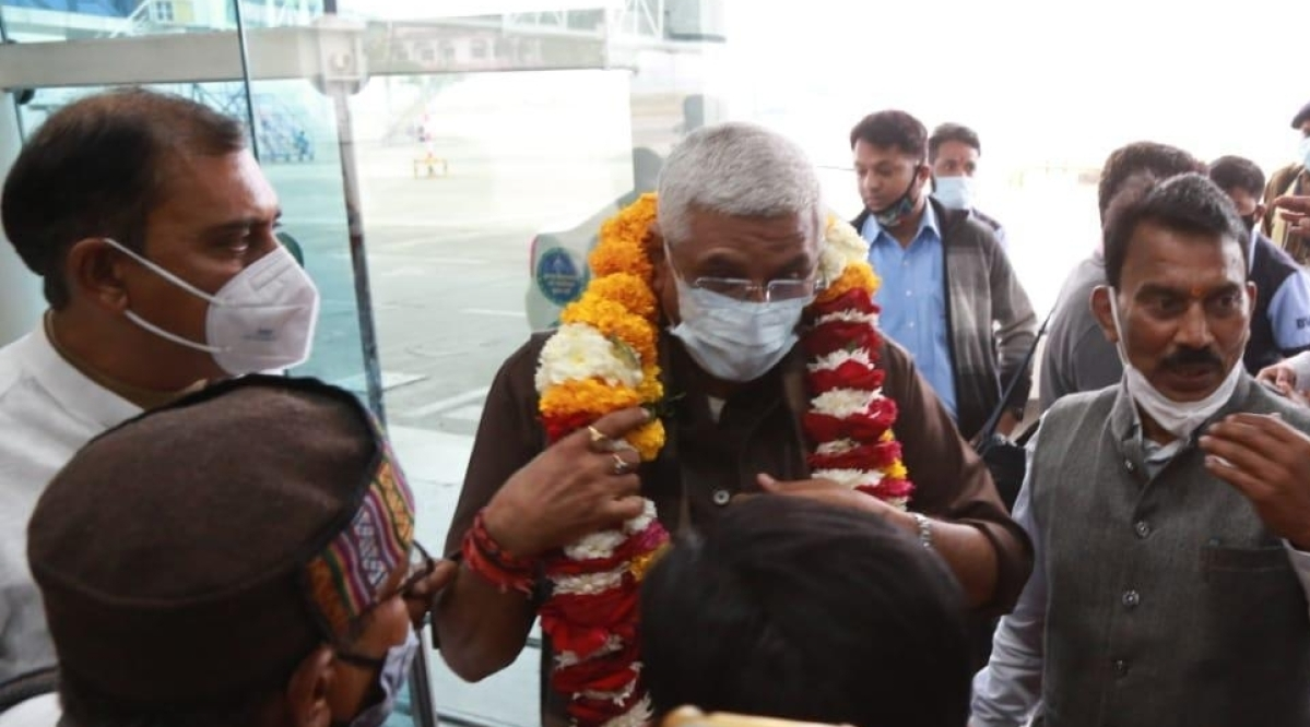 Madhya Pradesh Water Resources Minister Tulsi Silawat with Union Water Power (Jal Shakti) Minister Gajendra Singh Shekhawat at Indore airport on Saturday