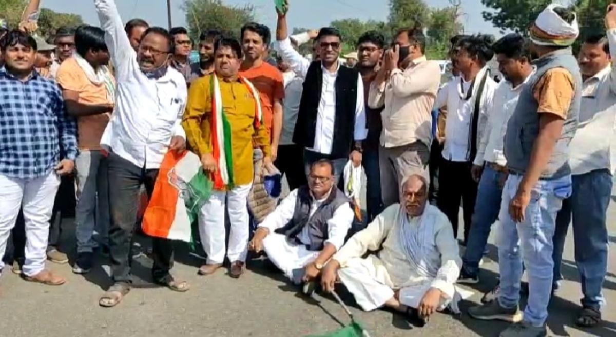 Madhya Pradesh: Congress leaders', farmers' 'factional protest', block Khandwa – Baroda state highway in Barwani
