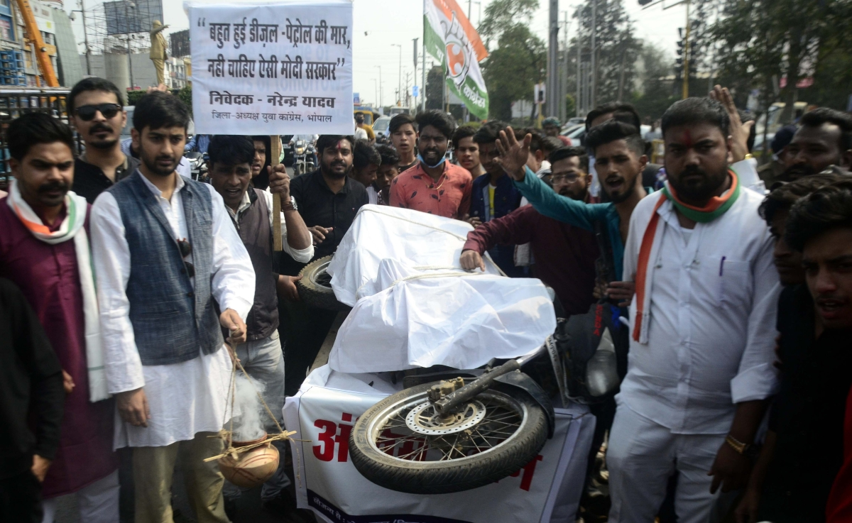 Madhya Pradesh: Indian Youth Congress rally 'hangs' mobike to protest against fuel price hike