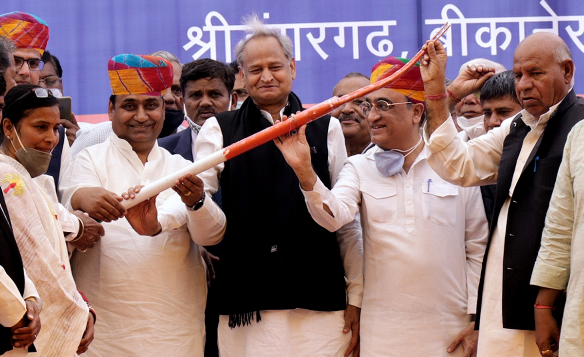 Congress' show of unity before Rajasthan Assembly bypolls; Ashok Gehlot, Sachin Pilot come together on stage