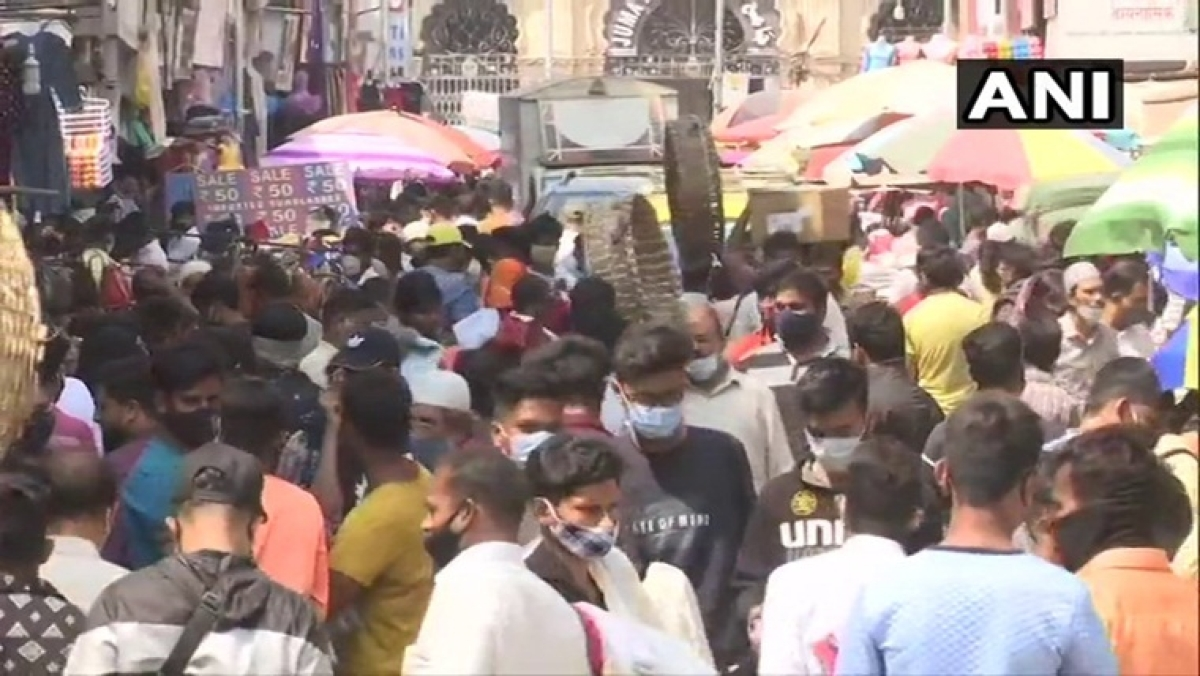 Coronavirus in Mumbai: People flout social distancing norms in Crawford market; check out pics