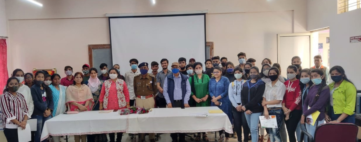 Indore: IG tells youngsters about the underbelly of cyber world