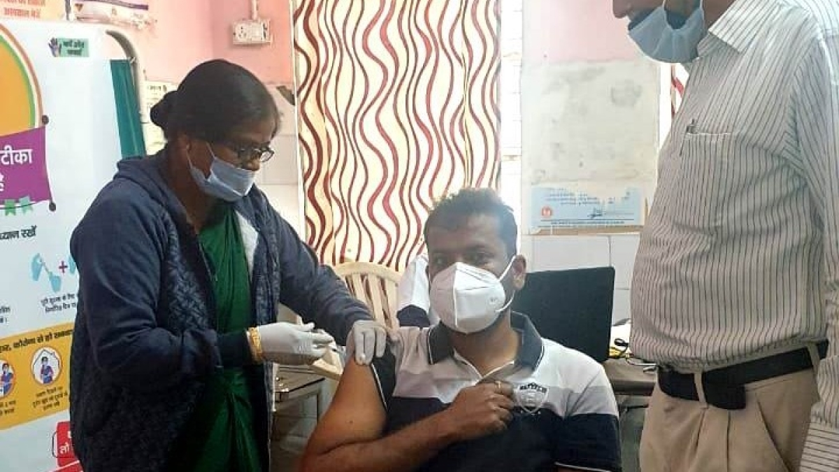 COVID Vaccination in Madhya Pradesh:  Admin officials, frontline corona warriors in Khandwa and Bagli get the jab