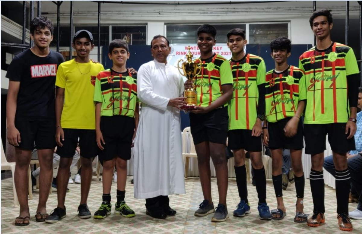 The jubilant Independent players with chief guest, Rev Fr. Brian Moraes, Rector of Dominic Savio High School, Andheri, make a happy picture