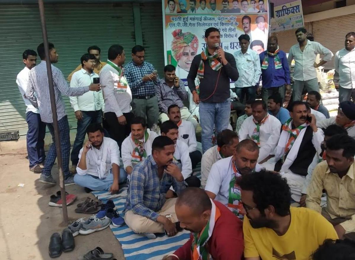 Dewas: Congressmen protest inflation, stage sit-in at Satwas bus stand