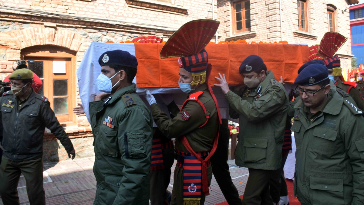 In Pics: Wreath laying ceremony of two policemen who were killed in militant attack in Barzulla area of Srinagar